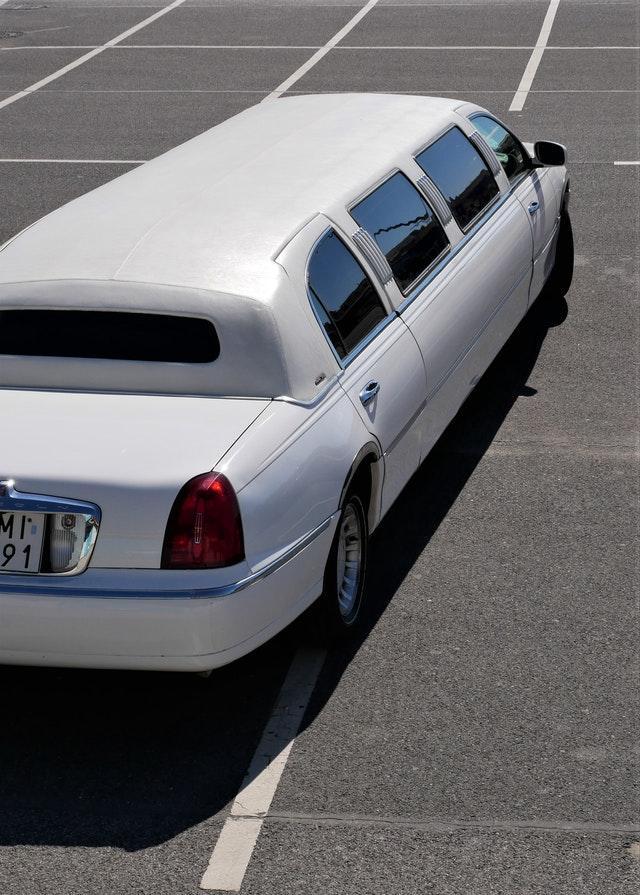 biała limuzyna na parkingu